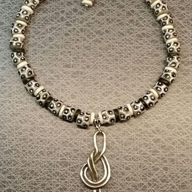 Halsband ca 50 cm inkl. Förlängning. Tillverkat av handgjorda  och handmålade pärlor av återvunnet glas från Ghana. Silverpläterad nickelfritt hänge.