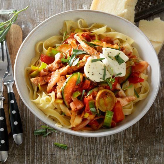 Kruidige tagliatelle met kip en tomaten-dragonsaus - Deze pasta is heerlijk met geraspte pecorino kaas en geroosterd amandelschaafsel. #recept #pasta #JumboSupermarkten
