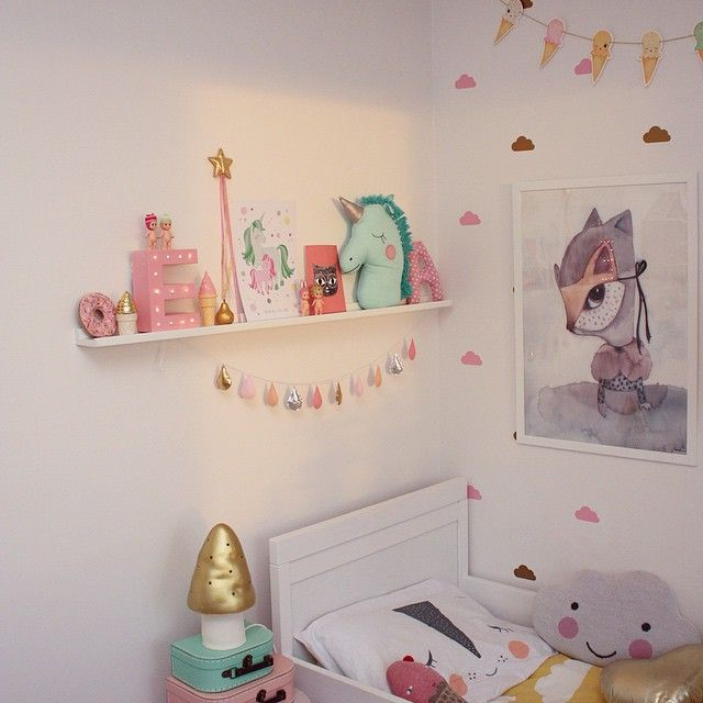 """@elinochalva's photo: """"Det tog ett tag men nu är alla julklappar sorterade och har en plats! Har köpt några genomskinliga förvaringsbackar med hjul på Rusta som jag ställt under Alvas säng, perfekt leksaksförvaring  Gillar ju dock att ha var sak på sin plats så har satt lappar på varje vad de ska innehålla, får se hur länge det håller """""""