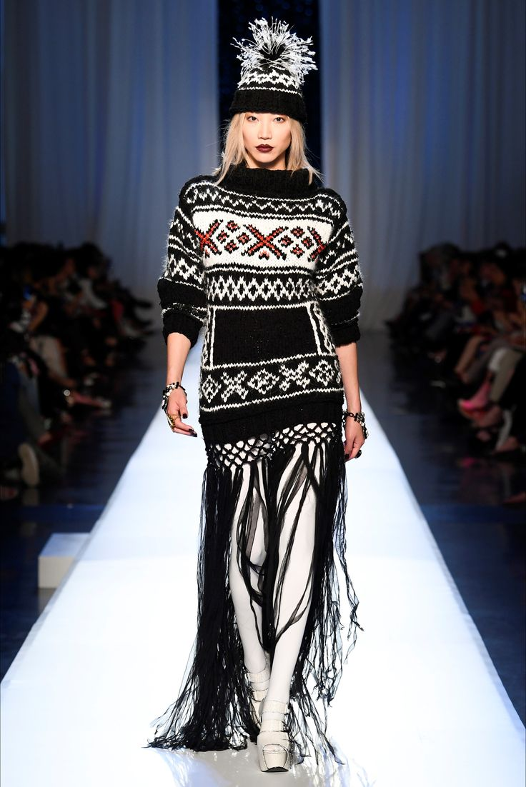 Take a look to Jean Paul Gaultier Haute Couture Fall Winter 2017-18collection: the fashion accessories and outfits seen on Parigi runaways.