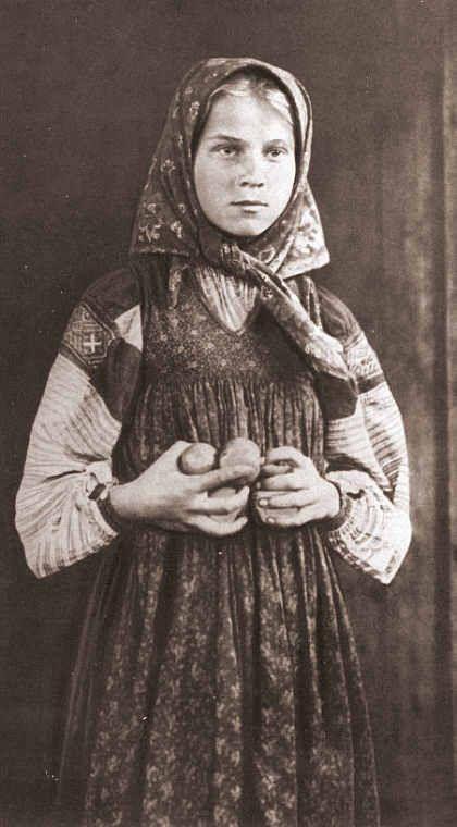 Крестьянская-девушка-в-платке.-Фото-неизвестного-автора-1890-е.-Какими-же-милыми-были-русские-деревенские-девушки-120-лет-назад.jpg (420×760)