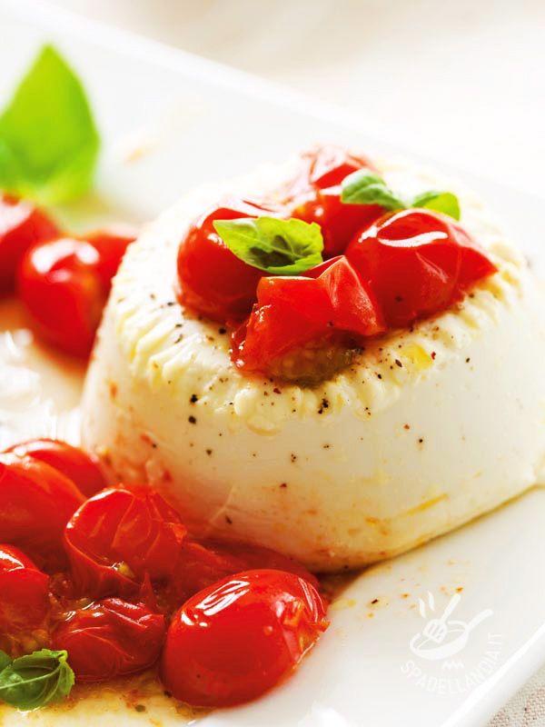 Una volta che avrete assaggiato la Ricotta al forno con pomodorini la inserirete nel vostro repertorio culinario. Intramontabile da quanto è buona! #ricottaconpomodorini
