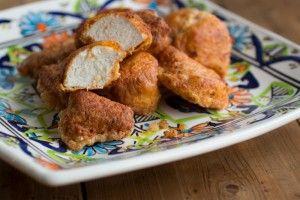 Paleo Kipnuggets Combineer 15 gr kokosmeel met 1 tl paprikapoeder, 1/2 tl knoflookpoeder, 1/4 tl zwarte peper en 1/2 tl zout. Wentel 500 gr kipstukjes door de kruiden. Verhit 150-200 ml kokosolie in diepe pan, maar laat het niet te heet worden. Schenk de 2 losgeklopte eieren in een bord en wentel hier de kipstukjes doorheen. Leg de kipstukjes direct daarna in de pan met hete olie. Bak rondom bruin en gaar; ca. 2-3 minuten per kant. Let op: zet het vuur niet te hoog om aanbranden te…