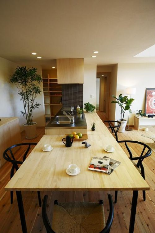 Kitchen island with dining table extension キッチンと一体のカウンターとダイニングテーブルも造り付けです。:
