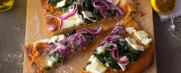 Už jste někdy připravovali domácí pizzu? Je to velmi jednoduché. Vyzkoušejte náš recept na pizzu se špenátem, feta sýrem a grilovaným citronem....