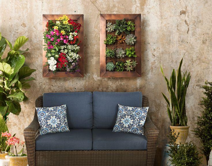 Convierte tu patio en un espacio más lindo con macetas verticales.