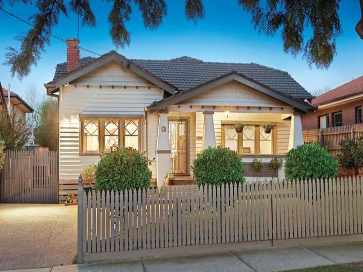 Weatherboard californian bungalow house exterior with picket fence & landscaped garden - House Facade photo 522897