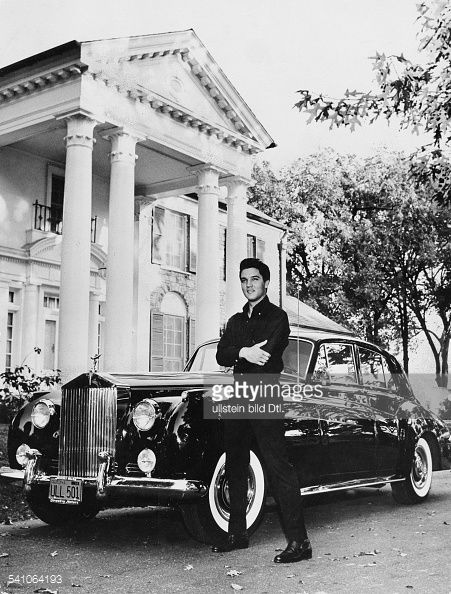 Presley, Elvis*-+Singer, actor, USA Elvis with Rolls Royce in front of his villa 'Graceland' in Memphis, Tennessee