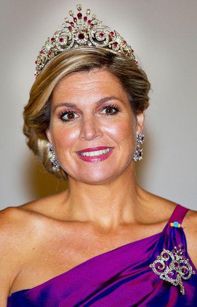 La reine Maxima des Pays-Bas, le 24 juin 2014En épousant en 2002 Willem-Alexander, alors prince héritier des Pays-Bas, Maxima a épousé aussi la luxueuse cassette à bijoux de la famille d'Orange-Nassau. Une cassette dans laquelle elle puise régulièrement pour se parer de diadèmes, plus somptueux les uns que les autres.