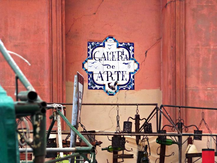 Feria de Tristán Narvaja, tradicional feria callejera de los domingos en Montevideo, URUGUAY. Sita en el Cordón, calle Tristán Narvaja, desde la Av.18 de Julio hasta La Paz. Aloja librerías y anticuarios y más. La primer feria de Tristán Narvaja, - ex-calle Yaro, fue el domingo 3 de octubre de 1909. Actualmente se ha extendido de tal forma que abarca centenares de vendedores que ocupan no solo la calle Tristán Narvaja, sino además paralelas como perpendiculares.