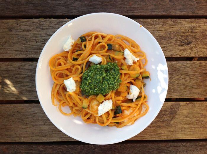 Pasta met pesto-tomatensaus - Koken met Karin