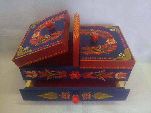 Kézzel festett varró vagy ékszeres doboz.