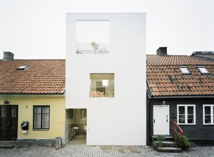 Landskrona. Suecia. Entre los chalets típicos y el empedrado, la casa creada por el estudio de Elding Oscarson no genera rispideces. Un diseño de vanguardia que provoca al entorno captando lo esencial.