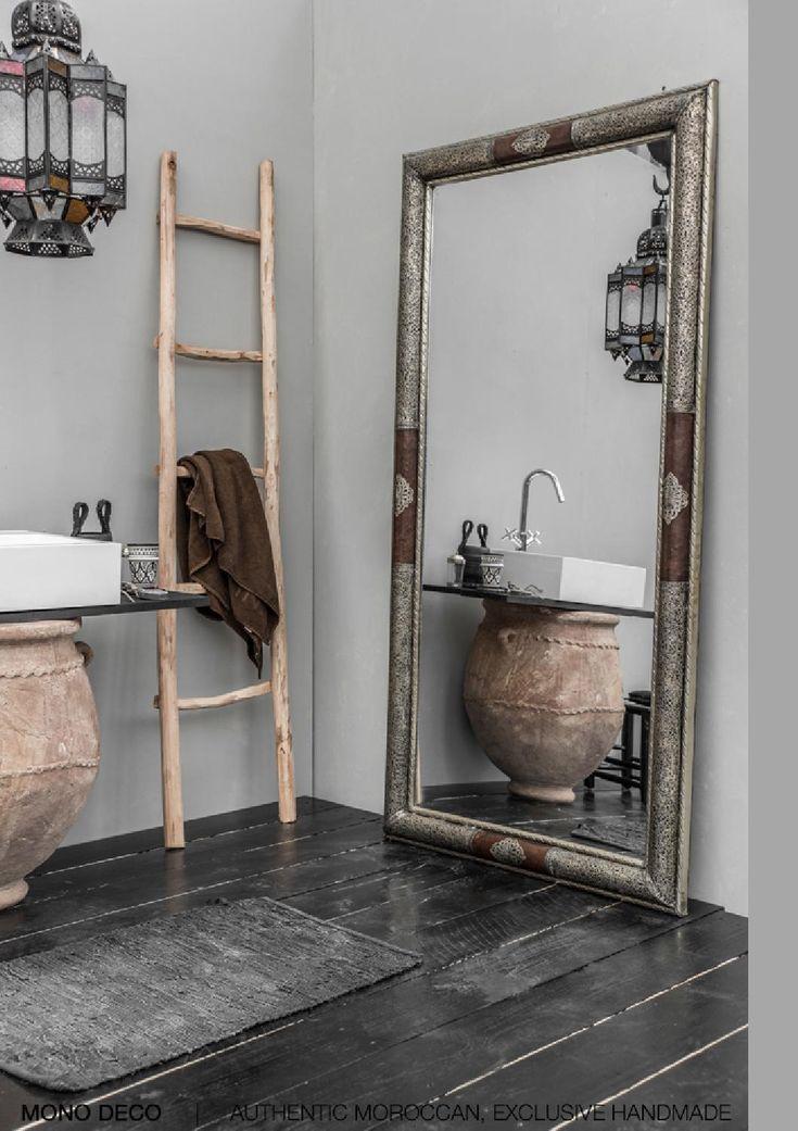 #reforma #baño rústico de toques árabes con lavabo sobre tinaja, escalera como toallero, espejo de gran formato.