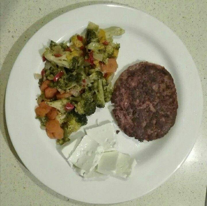 Menestra de verduras, queso fresco y hamburguesa de pollo.
