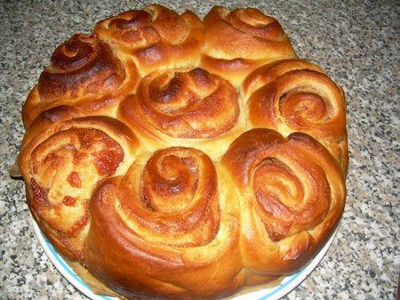 Ricetta Torta delle rose alle mele. In Torte. Ingredienti: Per l'impasto: . 500 gr di farina . 1 bustina di lievito di birra secco o un cubetto di lievito fresco . 1 bustina di vanillina . 100 gr di z