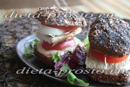 Бутерброд с яйцом, вареной куриной грудкой и помидором