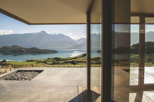 Les baies vitrées de l'hôtel ouvrent sur la terrasse pour un panomara complet du paysage alpin et du lac. Plus de photos sur Côté Maison http://petitlien.fr/84o9
