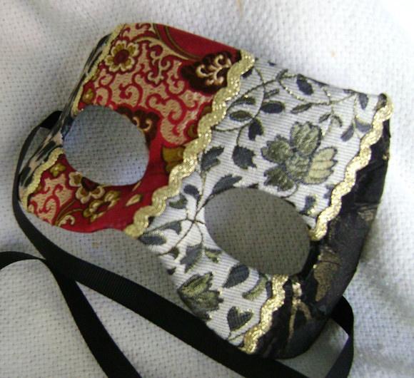 Máscara de papel machê revestida com tecidos R$180,00