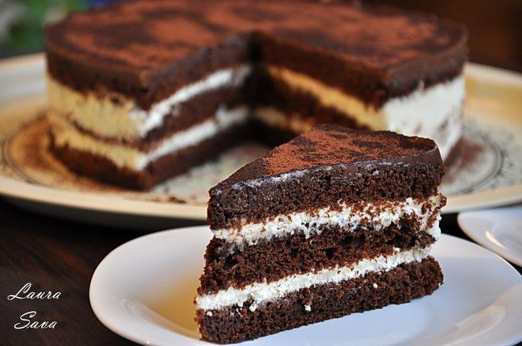 E minunat acest Tort Negresa cu crema de branza si ciocolata, prieteni dragi! E ciocolatos, cremos, echilibrat de dulce...si fara gelatina! :D E perfect si dupa cateva ore de stat la frigider dar va sfatuiesc sa il faceti cu o zi inainte, pentru ca va fi si mai bun!!! Eu i l-am facut lui tati, de ziua lui, dar abia acum am reusit sa ma mandresc cu el. Cu tortul, adica...pentru ca, scuzati cacofonia, cu tati ma mandresc mereu!