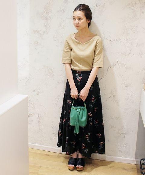 小花柄ティアードスカート◆  花柄もブラックを選べばシックな雰囲気に。抜け感のでるカットソーとの合わせで女性らしいスタイルに。