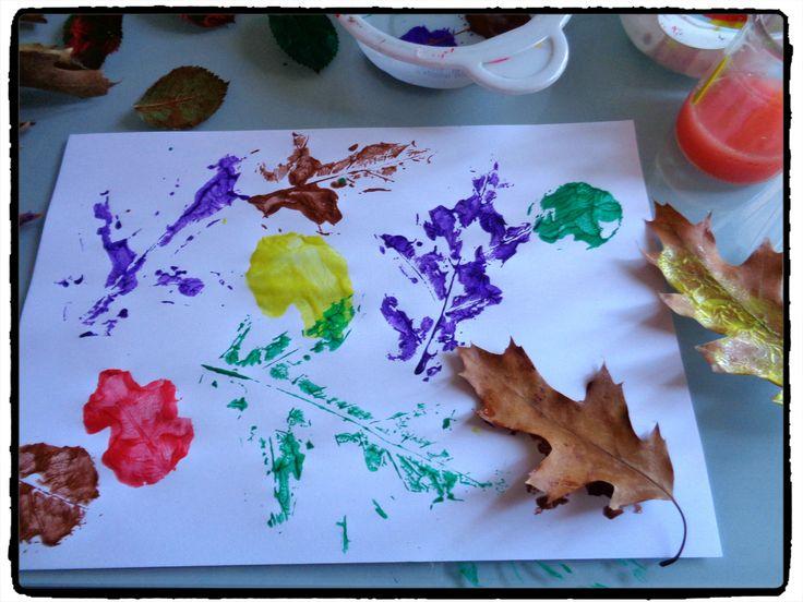 peindre avec des feuilles d'arbre, activité automne, enfants
