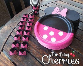 Tazas de fiesta temática de Minnie Mouse rosa y oro. Cada juego viene con 12 tazas de 16oz con tapas y una pajita con temas de color coincidente.