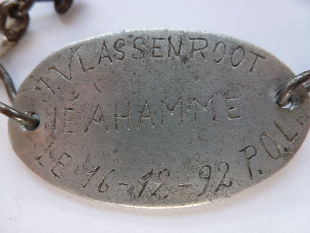 Mooi oud type naamplaatje van een Belgische soldaat van de 5e Jagers te Voet.   Bij het uitbreken van de oorlog was de man 22 jaar oud ( 16-Dec.1892 )   Aan het begin vd oorlog deed het 5e mee aan de slagen rond Antwerpen in Augustus 1914.  Vanaf 1916 maakte ze deel uit van de 11e Inf.Div. en vocht zwaar bij o.a. Moorslede ( destijds Duitse Luchtmacht basis)..,IJzer enz.  In 1918 o.a.overwinning bij de gevechten rond het kanaal Gent-Terneuzen (NL )