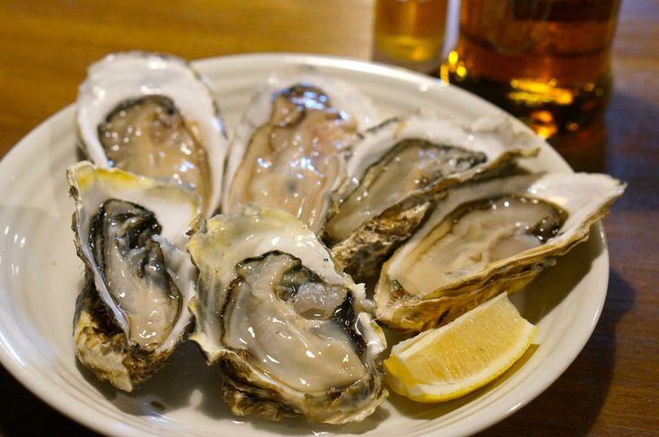 下北沢「東京シェルモアナ」は貝好きにはたまらないお店です。「生牡蠣1個200円」もしくは「はまぐりつかみどり300円」という破格のサービスを行っています。手の込んだ貝料理はどれも美味しいのにどれも安い、というお店です。美味しい貝料理でお腹いっぱいになりたいときにオススメのお店です。(東京 忘年会)