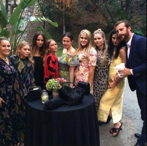 Olsens Анонимные Блог Мэри Кейт Эшли Instagram Spottings Распечатать платья Друзья Красный Селин И Цветочные платья фото Olsens-Anonymous-Blog-Mary-Kate-Ashley-Instagram-Spottings-Print-Gowns-Friends-Red-Celine-And-Floral-Dress.jpg