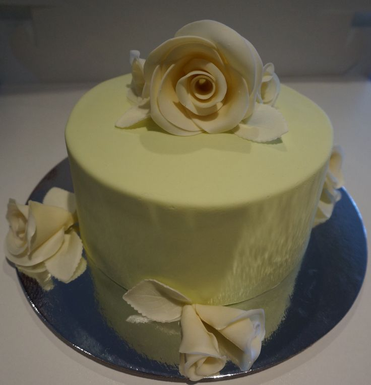 Cream modelling chocolate roses and green cake