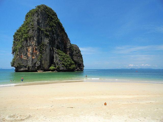 Phra Nang Beach, Krabi.  E' la spiaggia più bella. Quella con la sabbia più bianca e l'acqua più colorata, la migliore per nuotare. Si può fare il bagno in qualsiasi stagione, con la bassa o l'alta marea.  Da Railay West ci arrivi in poco più di 20 minuti prendendo prima la stradina pedonale che porta a Railay East e poi proseguendo lungo un magnifico sentiero lastricato che costeggia la parete rocciosa. Sopra di te le scimmie volteggiano tra gli alberi.