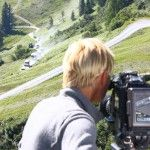 Uschi filmt für das Making-Off den ORF-Konvoi bei den Dreharbeiten für das Klingende Österreich mit Sepp Forcher