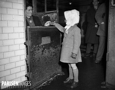 Poinçonneuse du métropolitain. Paris, janvier 1947.