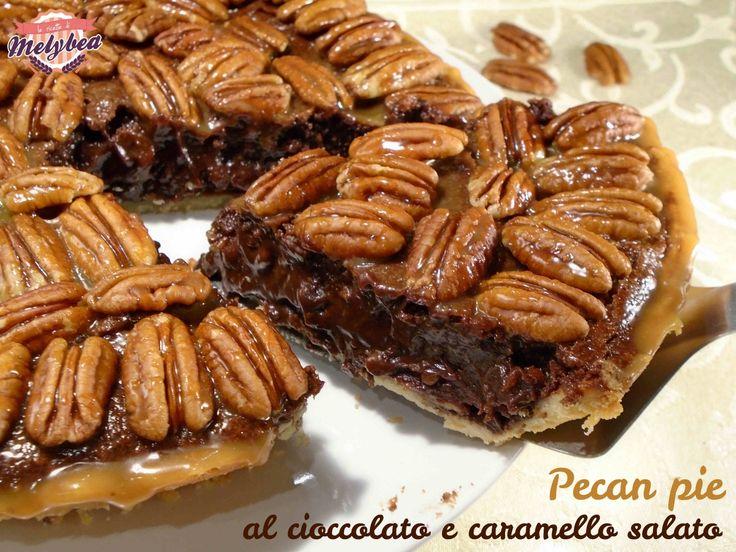 La Pecan pie al cioccolato e caramello salato è una deliziosa torta tipica degli stati del sud degli USA, dove la noce pecan è molto popolare e amata