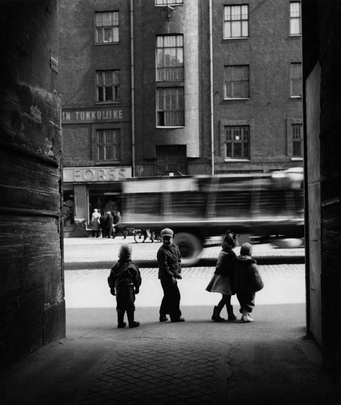 Lapsia Siltasaarenkatu 12:n porttikäytävän edessä vuonna 1957. Kuva: Helsingin kaupunginmuseo.