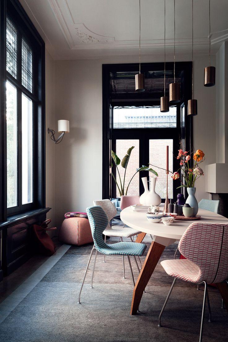 Cavalletta ('sprinkhaan' in het Italiaans) is de naam van deze door Roderick Vos ontworpen eetkamerstoel, vanwege de hoge, insectachtige poten. Maar laat je niet afschrikken, want door de comfortabele verende en flexibele rug, zit hij fantastisch! Vanaf € 269,- in diverse stof- en leersoorten. designonstock.com