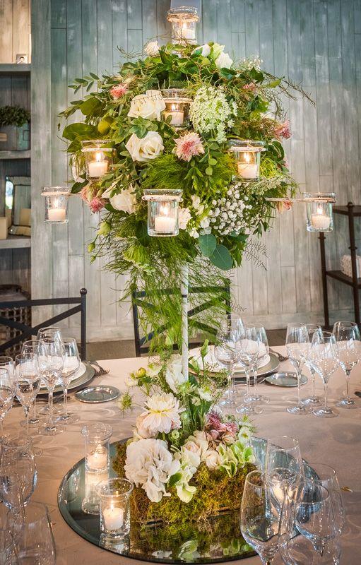 candelabro con velas y jardn de flores sobre base de espejo con flores en nude