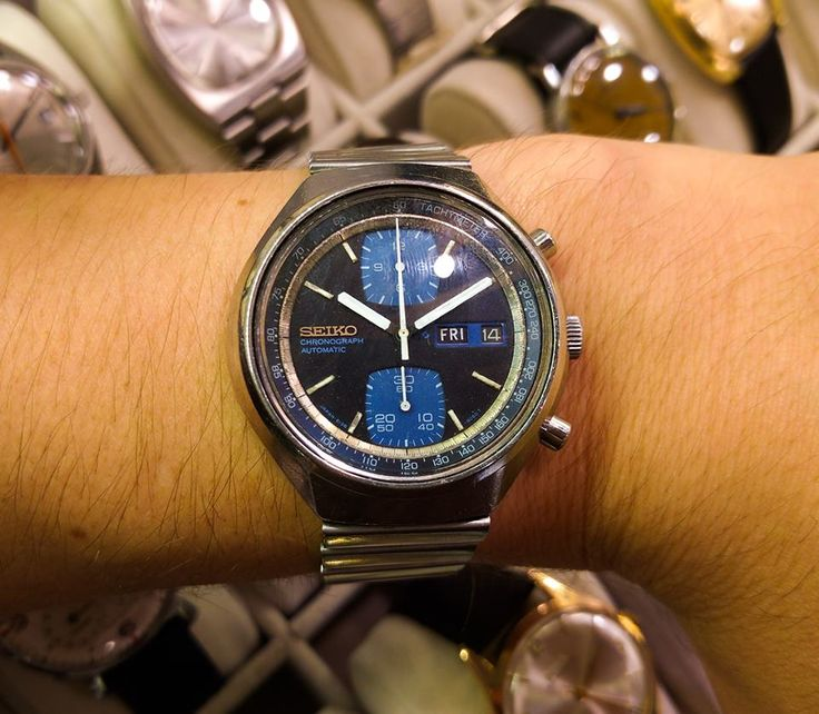 Seiko vintage chronograph automatic watch with day and date functions. Lovely blue dial!
