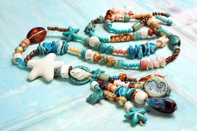 Aufwendig gearbeitete zauberhafte Kette aus einer Kombination ausgewählter edler Perlen und unterschiedlicher Materialien: Facettenreich schimmernde Muschelperlen, Glas-, Holz-, Howlith-, Samen- &...