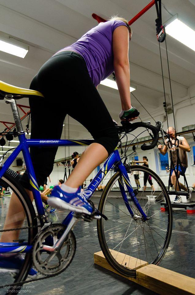 Zsirai Milán triatlonos múltjára való tekintettel egy újdonságot is hozott nektek! Országúti kerékpár görgőben, amivel egyhelyben tudtok kerékpározni. >> http://www.obuda.yakuza.hu/hirek/43/ujdonsagok/