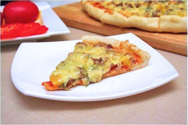 Вот вам ещё один вариантик всеми любимого блюда. Действительно вкусная пицца получается, а готовится без проблем — легко и просто. Пробуйте, наслаждайтесь, радуйте близких! 😉