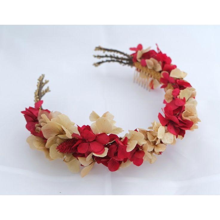 Corona de hortensias realizada a mano. Detalle de ramitas doradas.