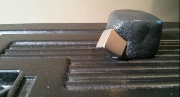 Magnetische Knete frisst einen Würfel