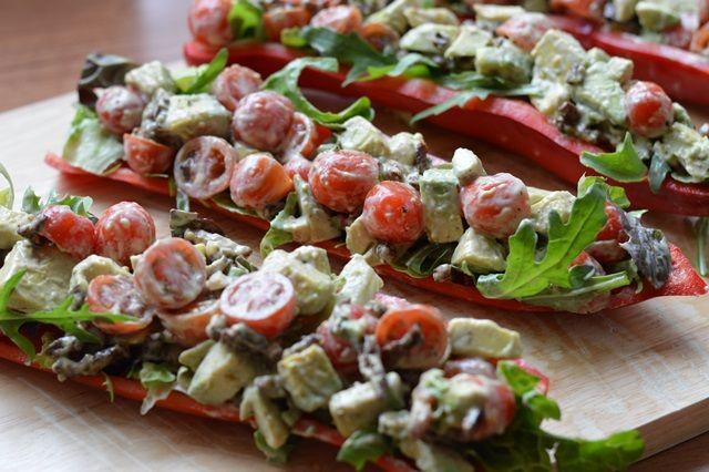 Deze BLT puntpaprika's zijn samen met de avocado een match made in heaven! Ik garandeer je dat je bij deze salade haast je vingers opeet.