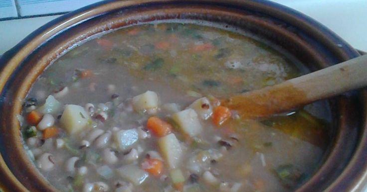 Fabulosa receta para Sopa de frijol Pico Negro (ojitos negros). Sopa típica venezolana, fácil de preparar. Tiempo de cocción 1 hora 30 minutos aproximadamente. Rinde 4 porciones.