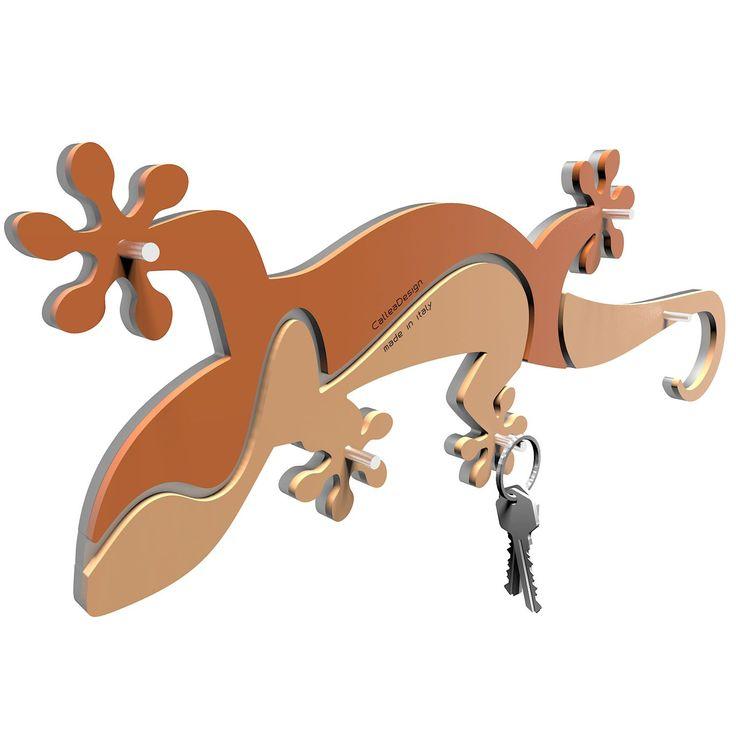 Key holder es de la colección Gecko de CalleaDesign. Divertido diseño hecho para que sepas en todo momento donde tienes las llaves y no las pierdas. Este reptil se encargará de ellas. Disponible en varios colores.