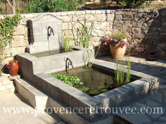 Fontaine de jardin en pierre avec double bassin en cascade.