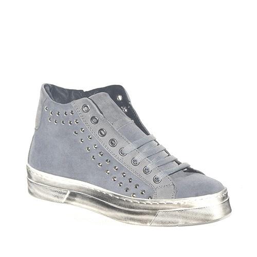 Sneakers in camoscio grigio con borchie laterali decorative.