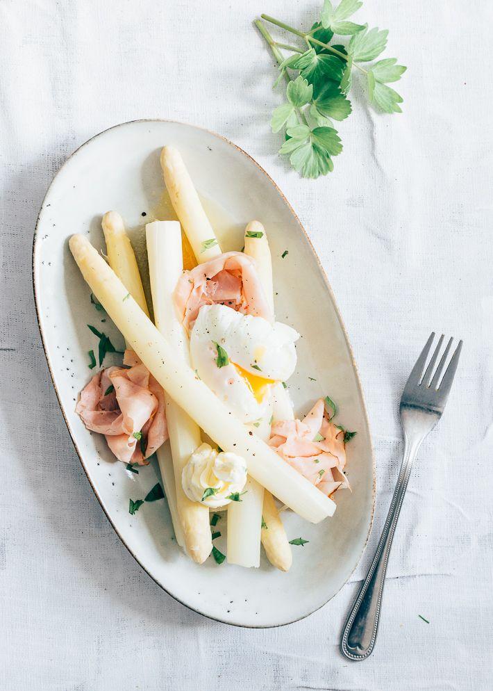 Zo maak je klassieke asperges met ham en ei een lekkere botersaus met peterselie. In plaats van gekookt ei heb ik een eitje gepocheerd.